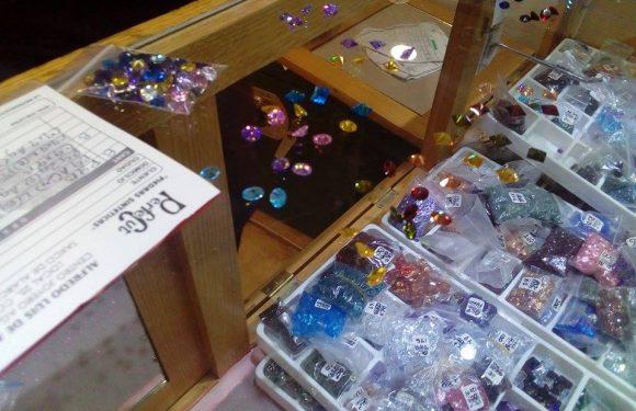 Cristales de colores sobre mostrador