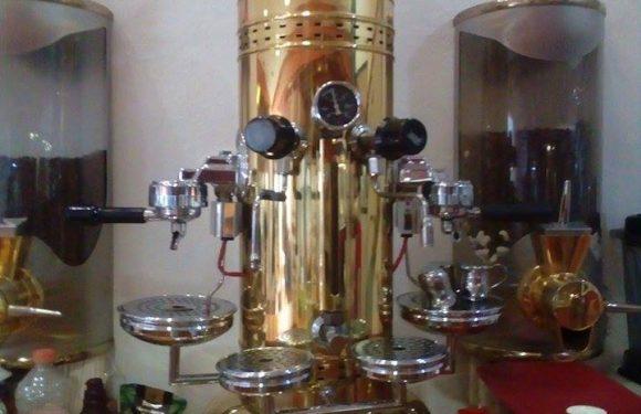 Cafetera dorada