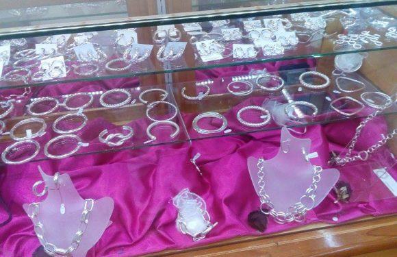 Mostrador con joyería de plata