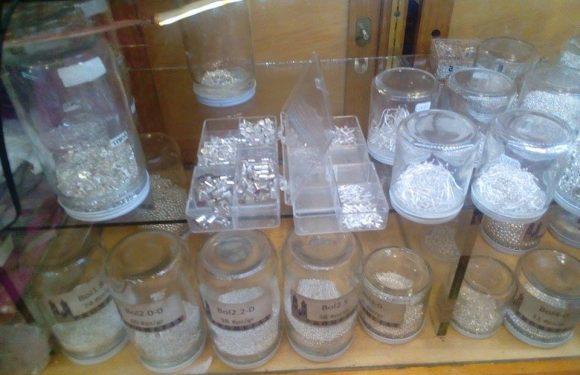 Mostrador con piezas de plata para armar