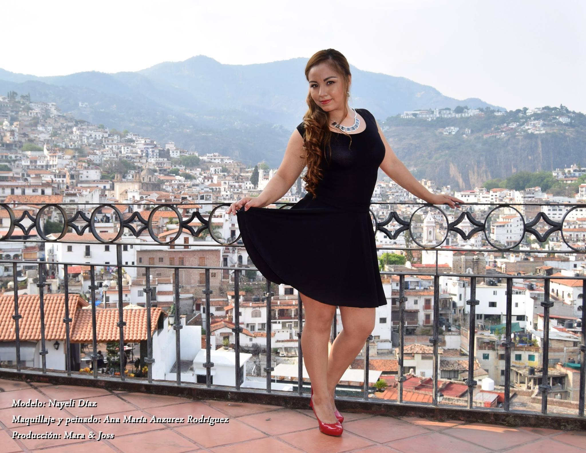 Mujer con vestido negro con Taxco en el fondo
