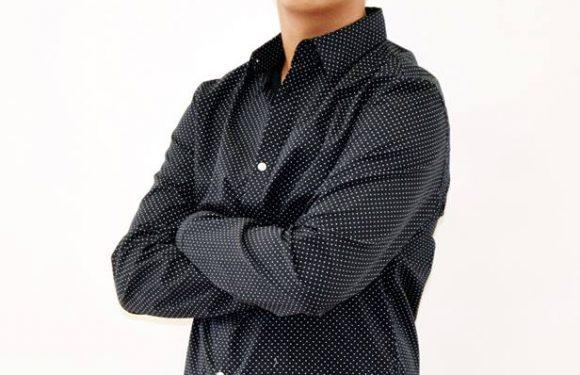 Hombre con camiseta gris oscuro y pantalón negro