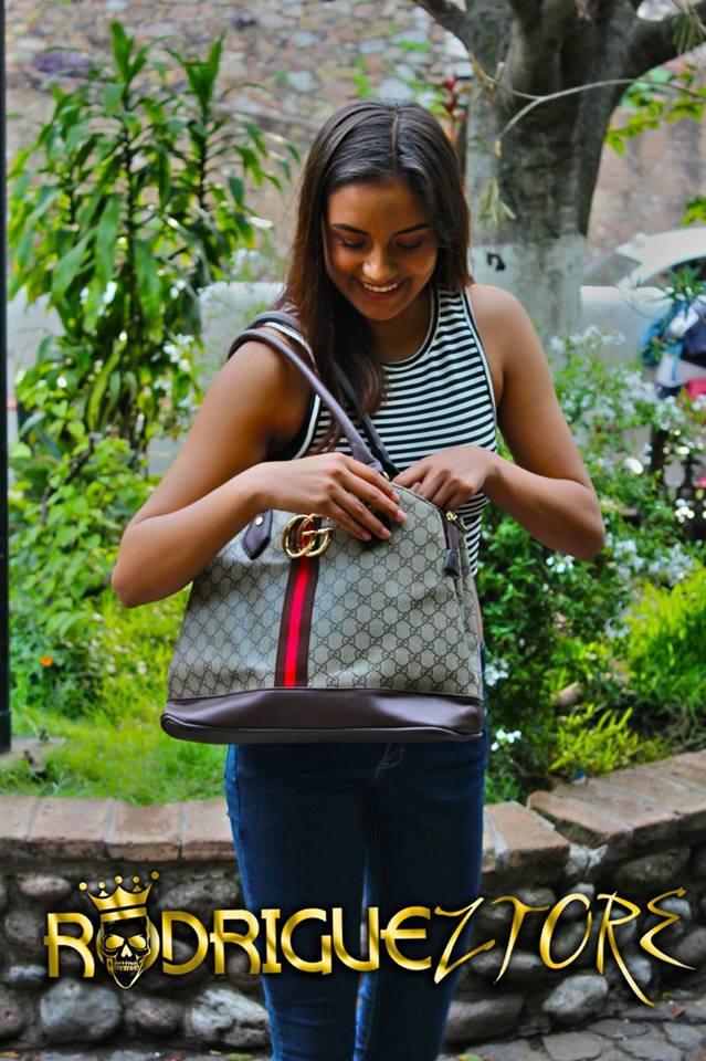 Mujer revisando de pie revisando el contenido de su bolso