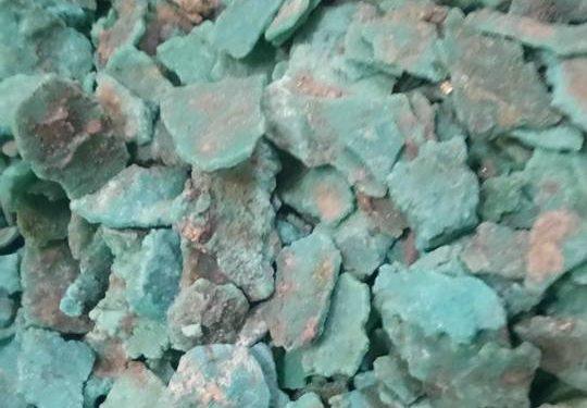 Piedras naturales de turquesa en montón