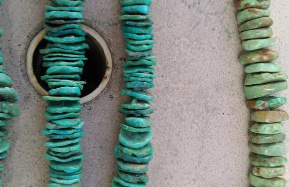 Chips de piedra turquesa en hilo