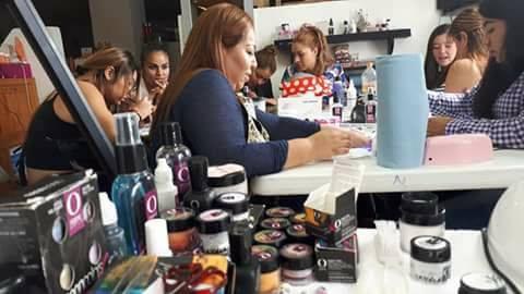 Mujeres proporcionando servicio de manicura