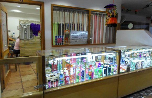 Mostrador con productos cosméticos