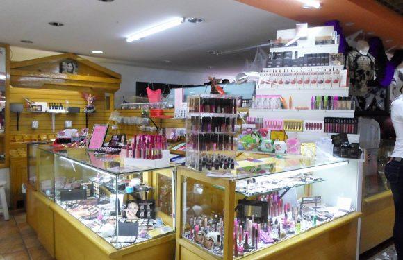 Dos mostradores con diversos artículos para maquillaje