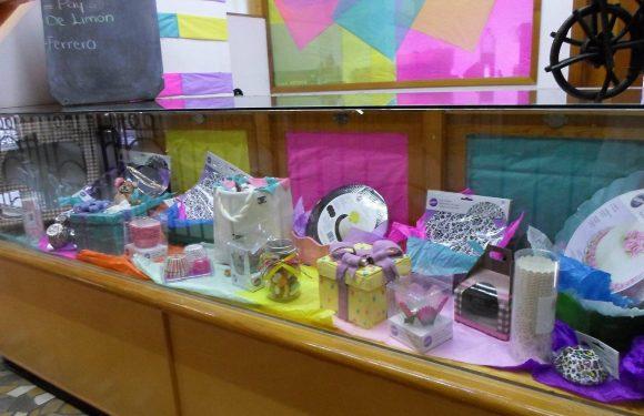 Mostrador con empaques de regalo y envolturas de pasteleria