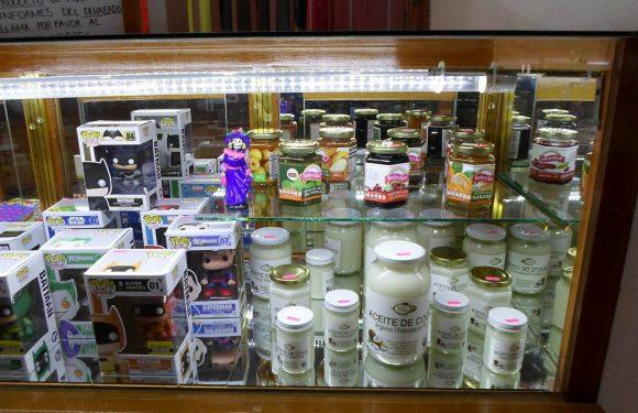 Mostrador con diversos aceites y muñecos Funko POP