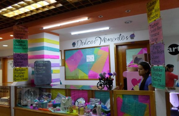 Vista frontal de la tienda. Mostrador con envolturas de pastelería y anuncios con la oferta de servicios